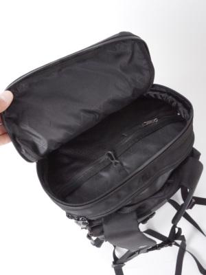 内部にジッパーオーガナイザーを備えたジッパー式トップポケット