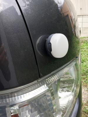 マグネット内蔵で車など様々な場所に取り付け可能。これかなり便利です。