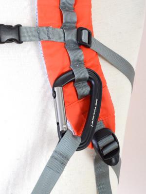 ギアラックはショルダーベルトと同一テープにあり、末端のループをショルダーハーネスにあるデイジーループにカラビナでフックして使用します。