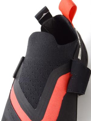 履き口はニット素材で、足入れしやすく高いフィット感を実現。