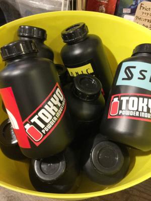 リユースボトルは、新品製品と区別するため、東京粉末のロゴステッカーが貼ってあります。